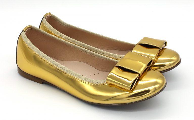 Bailarinas en color lame top oro, muy blanditas y cómodas. Ideales para que madres e hijas vayan conjuntadas.Vivo de elástico y lazo zapateroal tono.
