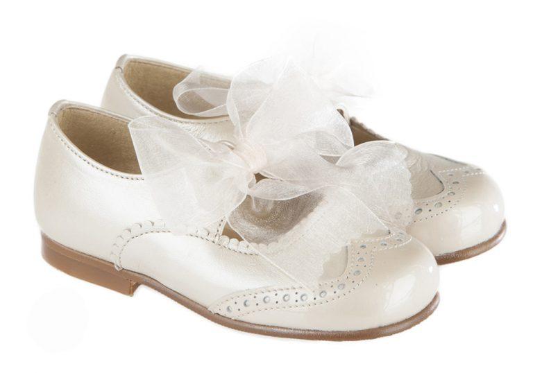 Mercedes de ceremonia con lazo de organza, fabricado en nacar porcelana, con picados de adorno. El zapato ideal para cualquier acompañante de ceremonia.