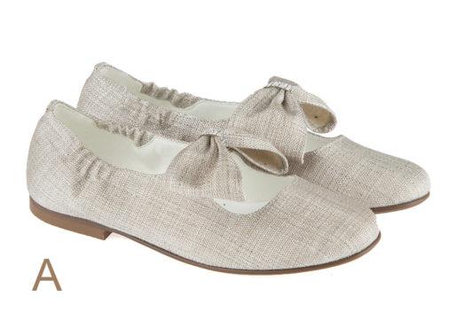 Salón comunión fabricado en lino con correa y elástico para mayor sujeción. Lazo al tono con brillantes. Zapato clásico ideales para un día tan especial