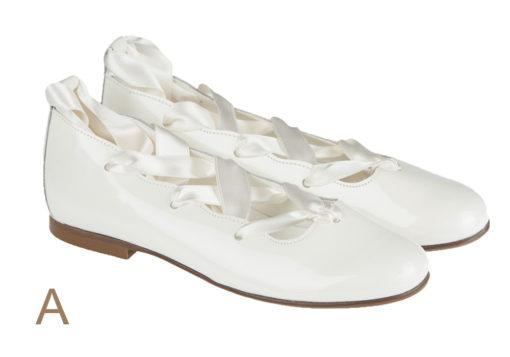 Bailarina comunión con cordón de raso atado al tobillo fabricada en charol metalizado. Ideal tanto para comunión como para cualquier otra ocasión.