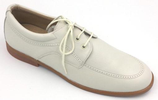 Zapato Blucherde pielnapa porcelana, con cordones al tono para una mejor sujeción y picados de adorno.