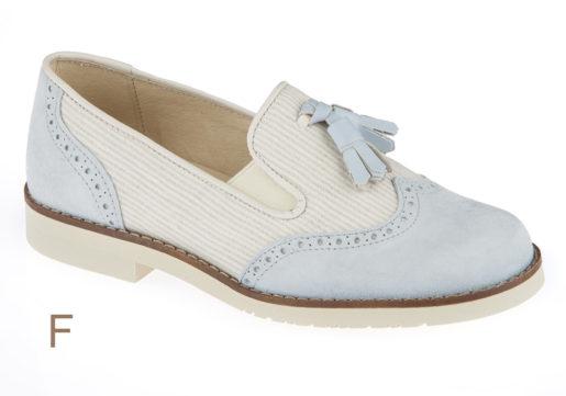 Zapato de Comunión niño, tipo mocasín, fabricado en piel Ante lavanda combinado con lino natural, con pespuntes de adorno y suela microporoso blanca.
