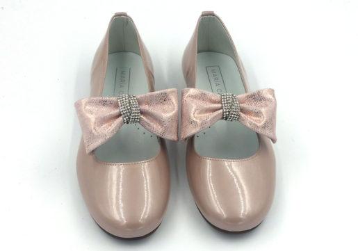 Bailarina niña fabricado en charol rosa, con lazo de piel al tono y brillantes.